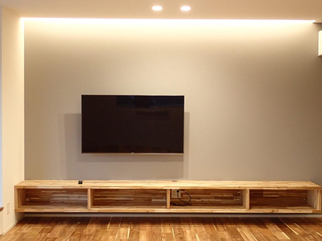 壁掛けテレビと造作テレビボード
